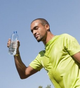 Sport au parc - se verser de l'eau sur le visage